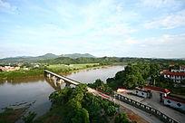 横跨江面的桥