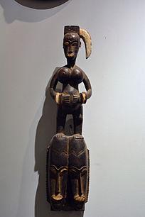 非洲带饰妇女木雕
