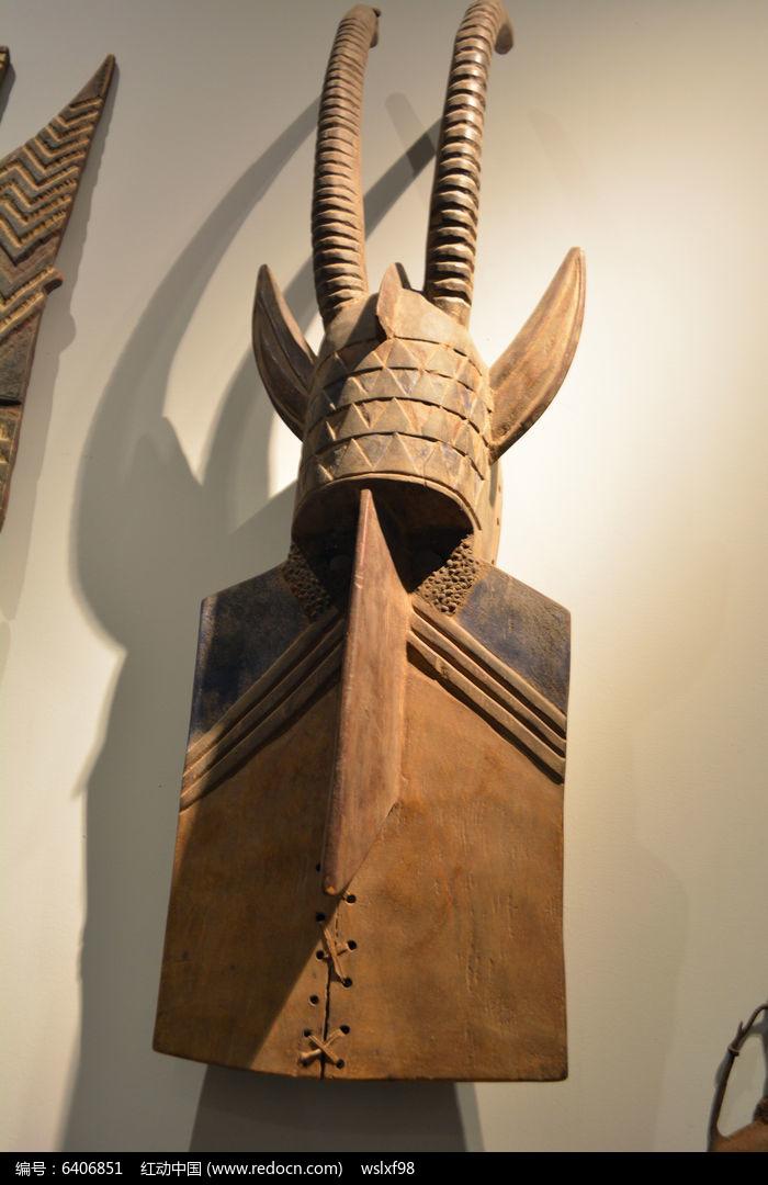 非洲戴双角帽木雕图片