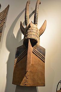非洲戴双角帽木雕