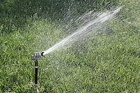 高压草地水龙头喷水图