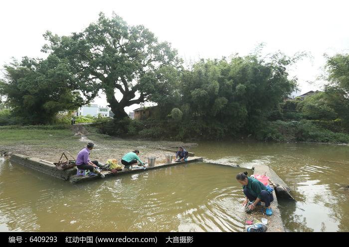 河边洗衣的老人高清图片下载 红动网