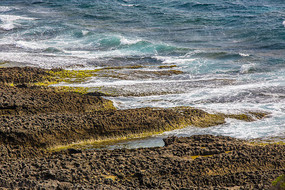 碧绿的海水及礁石