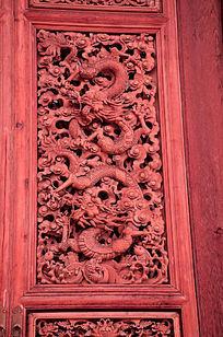 红色实木雕龙