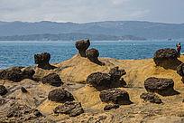 台湾海岸礁石及远山