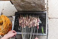 烧烤中的羊肉串