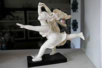 跳舞美女雕塑