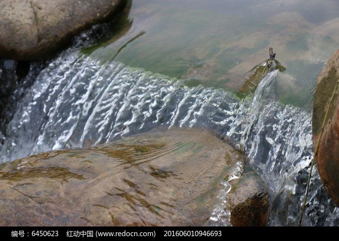 石块中间的小溪流