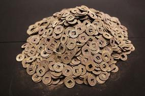 西汉海昏侯文物展成堆的铜钱五铢钱
