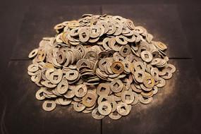 西汉海昏侯文物展堆积的铜币五铢钱