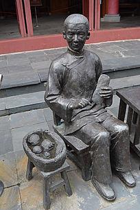 做鞋垫的老奶奶铜雕