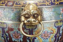 珐琅彩鎏金圆形双兽耳三足兽顶盖三龙挂圈熏香炉局部兽头