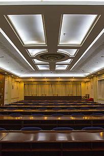 白顶灯会议室