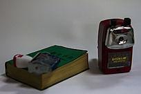 办公用品 字典与铅笔刀