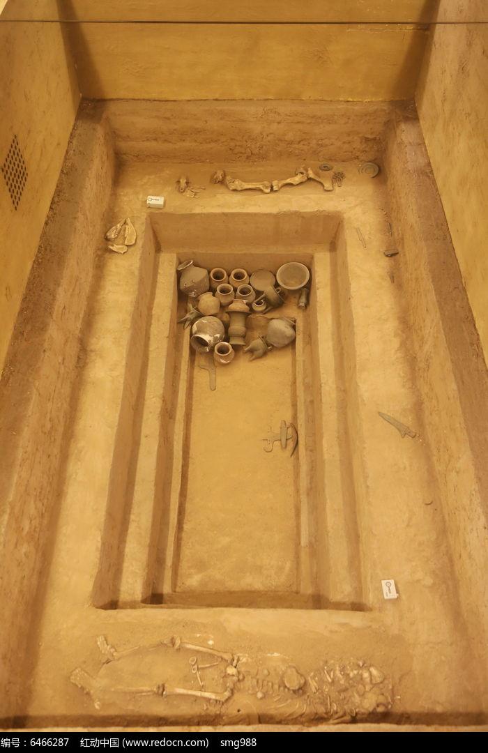 西周燕都遗址的墓葬考古现场
