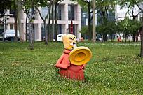 草地上吹号的卡通消防员
