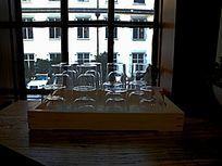 窗前的玻璃杯横构图