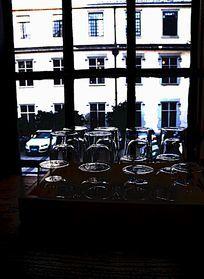 窗前的玻璃杯竖构图