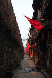 凤凰古城城墙下的古街道