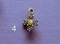 罗马尼亚珠宝展上的十字架形吊坠