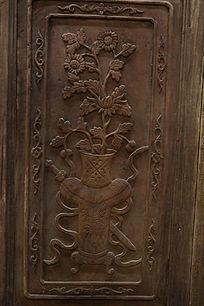木雕花瓶插花