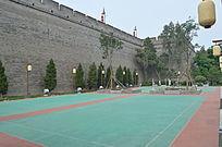 墙根下的羽毛球场
