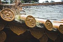 寺庙的金黄色屋檐