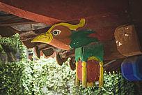 寺庙屋檐上的木雕凤凰