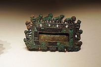 西汉方形群猴环边青铜扣饰