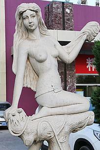 长发裸体美少女跪姿石雕像