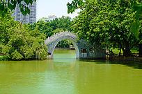 湖上的拱桥