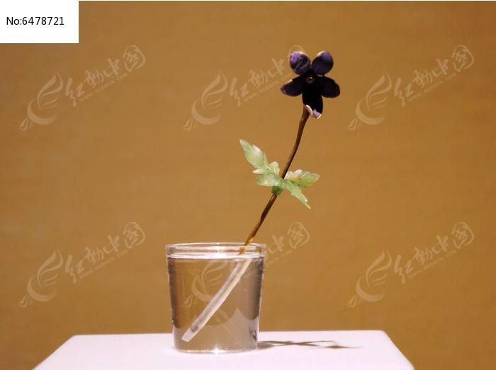 由黄金珐琅钻石软玉和水晶制作的紫罗兰插花图片