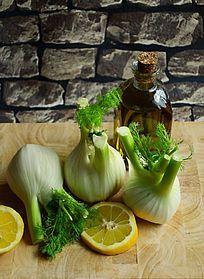 新鲜大蒜和柠檬