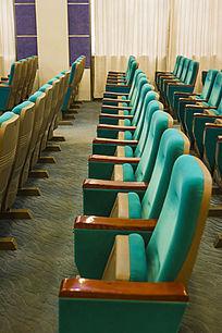 一排蓝色座椅