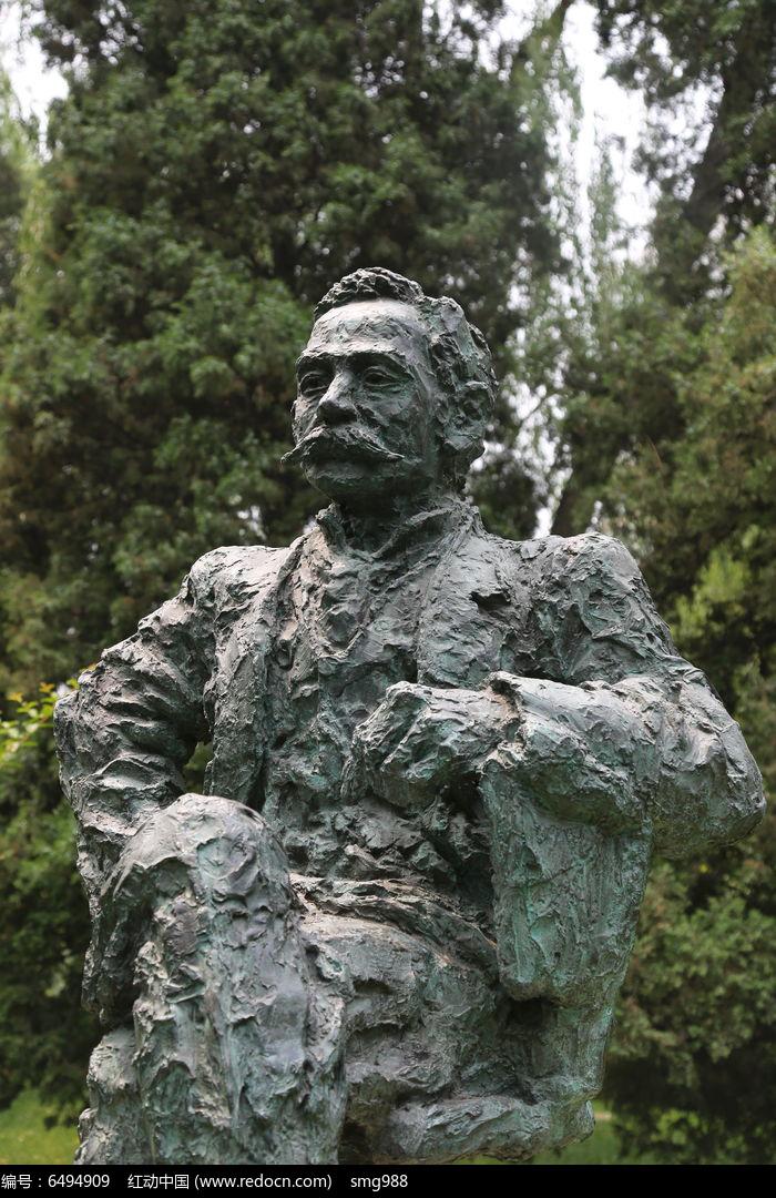 奥林匹克创始人顾拜旦的坐姿铜雕像图片_图片