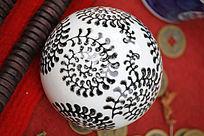 白色黑花圆球