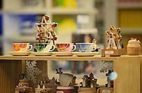 茶杯与小玩具摆件