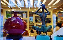 红瓷瓶和美女雕塑