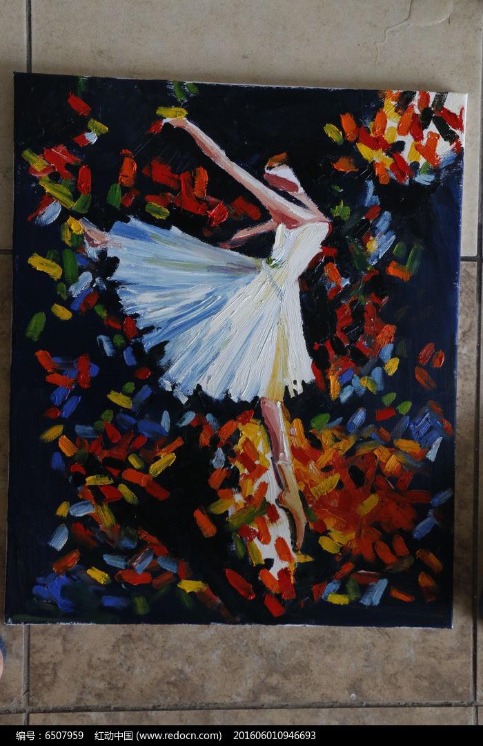 跳舞的白衣女子