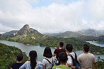 温州茶山水库看风景的人群背影高清图片