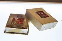 玫瑰花纹的香水瓶和香水盒