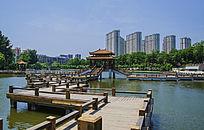鞍山烈士山人防公园木栏石桥与高层建筑