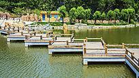 鞍山烈士山英泽湖水上木栏折形石桥