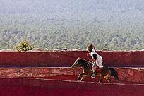 红飘带骑行者