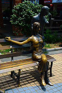 男人与女人的铜像