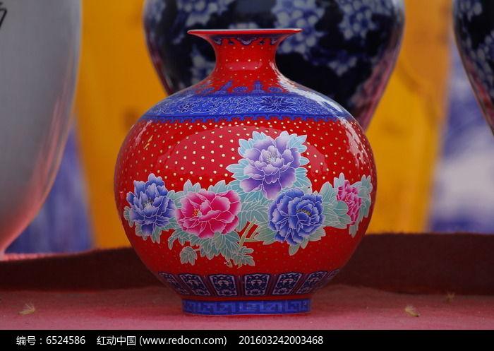 红色蓝花彩绘花瓶