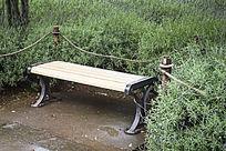 花海旁的椅凳