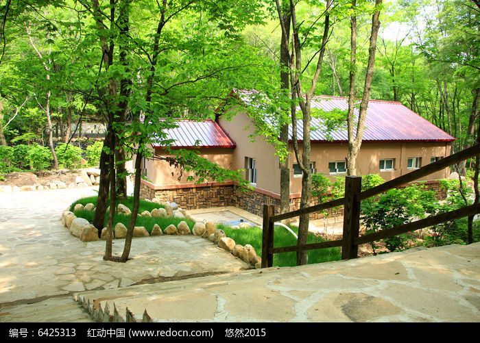 原创摄影图 自然风景 森林树林 山间绿树小屋  请您分享: 素材描述:红