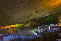岩洞里的游客