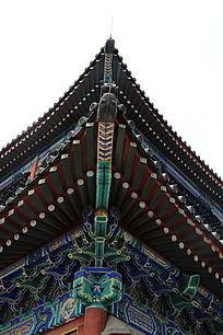 中式木制卯榫结构屋檐角图片